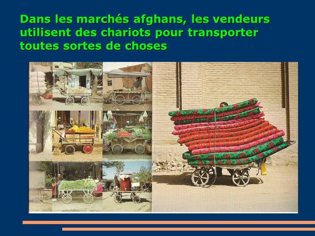 Dans les marchés afghans, les vendeurs utilisent des chariots pour transporter toutes sortes de choses