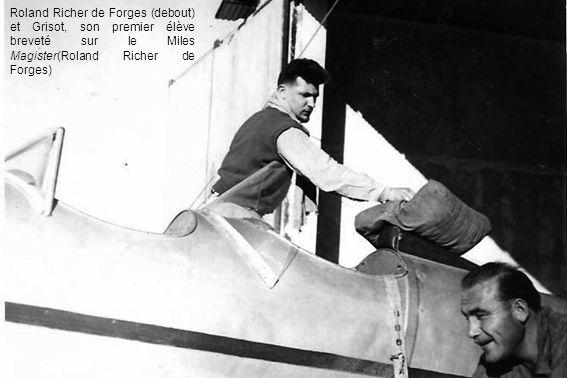 Roland Richer de Forges (debout) et Grisot, son premier élève breveté sur le Miles Magister(Roland Richer de Forges)