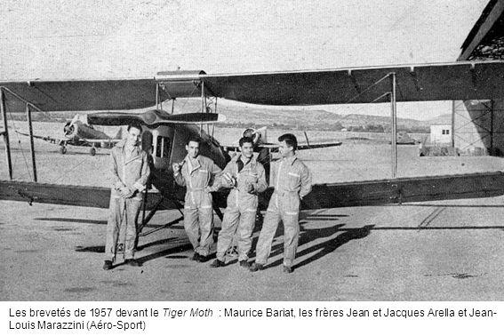 Les brevetés de 1957 devant le Tiger Moth : Maurice Bariat, les frères Jean et Jacques Arella et Jean-Louis Marazzini (Aéro-Sport)