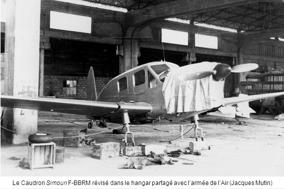 Le Caudron Simoun F-BBRM révisé dans le hangar partagé avec l'armée de l'Air (Jacques Mutin)