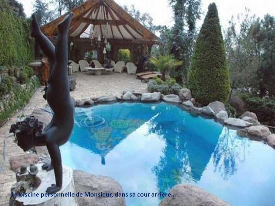 La piscine personnelle de Monsieur, dans sa cour arrière…
