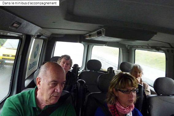 Dans le minibus d'accompagnement