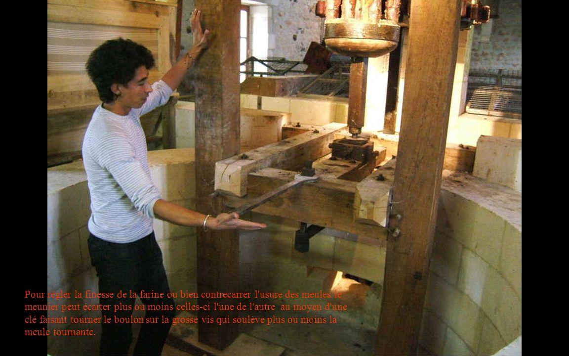 Pour régler la finesse de la farine ou bien contrecarrer l usure des meules le meunier peut écarter plus ou moins celles-ci l une de l autre au moyen d une clé faisant tourner le boulon sur la grosse vis qui soulève plus ou moins la meule tournante.
