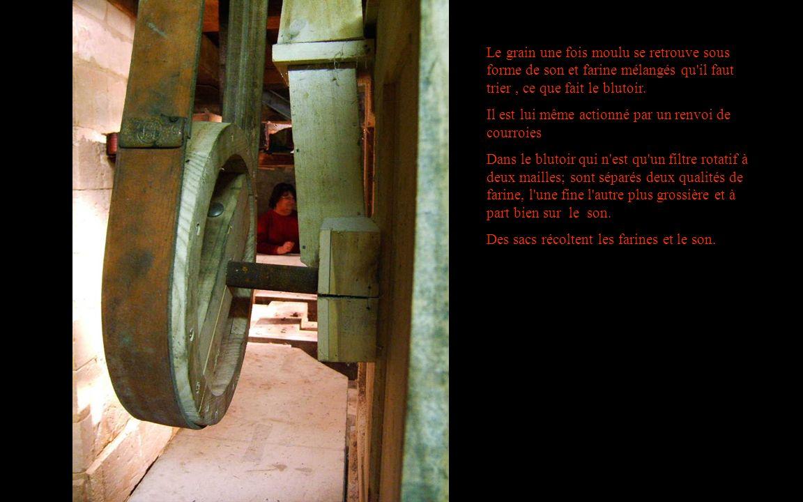 Le grain une fois moulu se retrouve sous forme de son et farine mélangés qu il faut trier , ce que fait le blutoir.