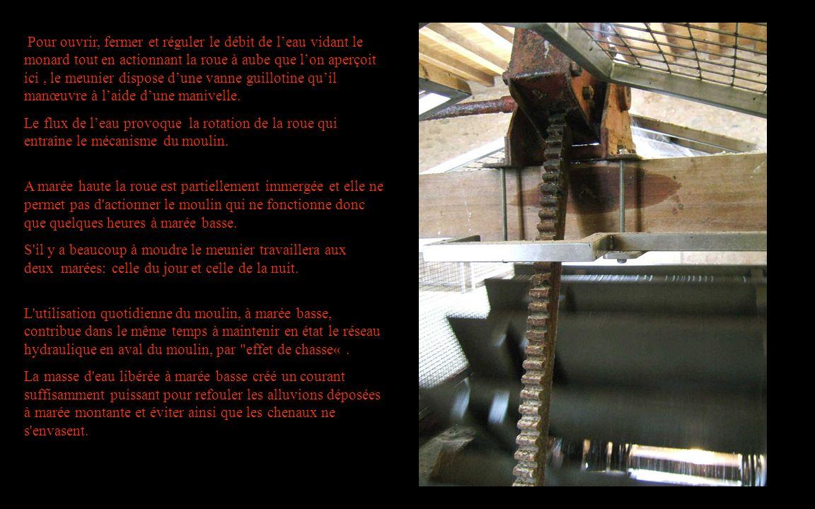 Pour ouvrir, fermer et réguler le débit de l'eau vidant le monard tout en actionnant la roue à aube que l'on aperçoit ici , le meunier dispose d'une vanne guillotine qu'il manœuvre à l'aide d'une manivelle.