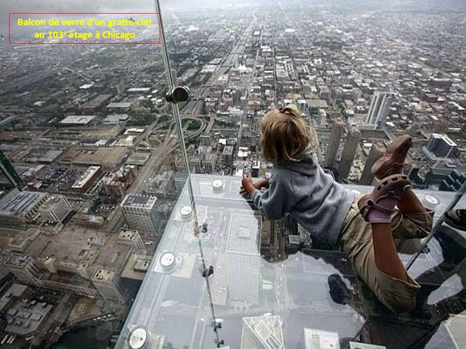 Balcon de verre d'un gratte-ciel au 103e étage à Chicago