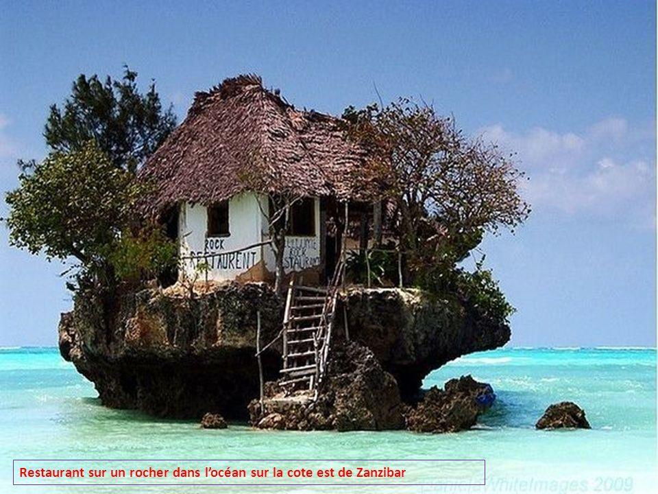 Restaurant sur un rocher dans l'océan sur la cote est de Zanzibar