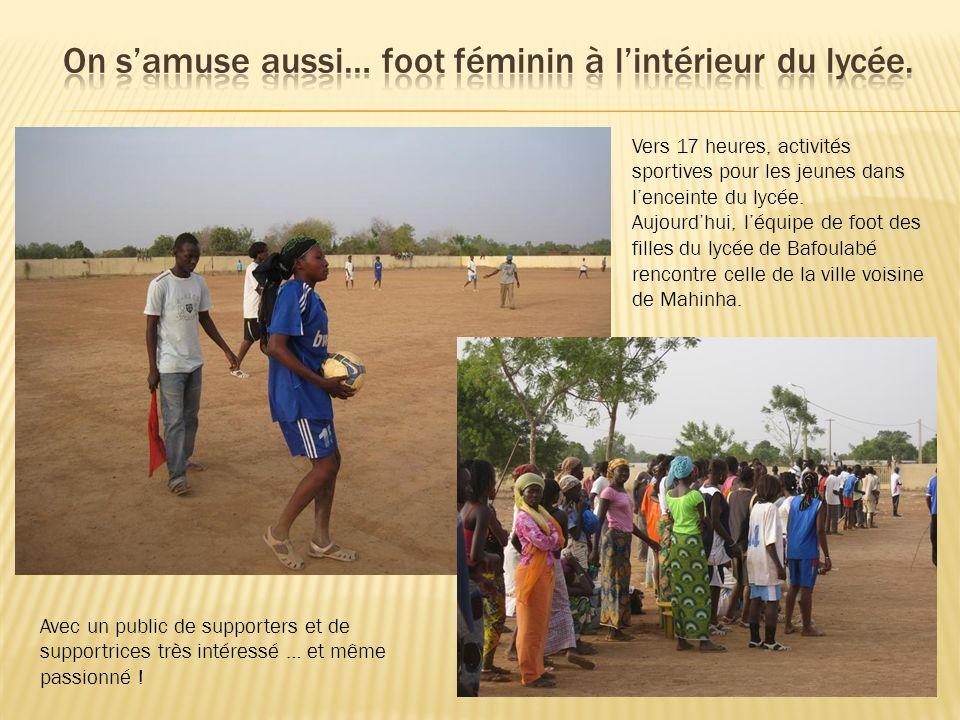 On s'amuse aussi… foot féminin à l'intérieur du lycée.