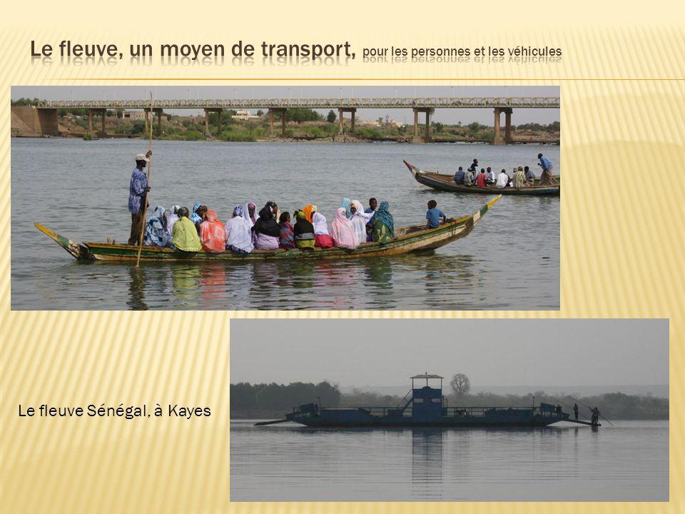 Le fleuve, un moyen de transport, pour les personnes et les véhicules