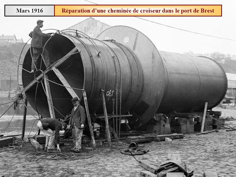 Réparation d'une cheminée de croiseur dans le port de Brest
