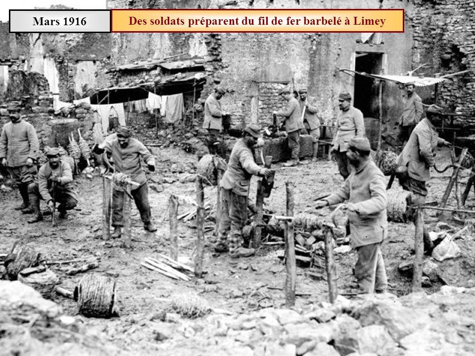 Des soldats préparent du fil de fer barbelé à Limey