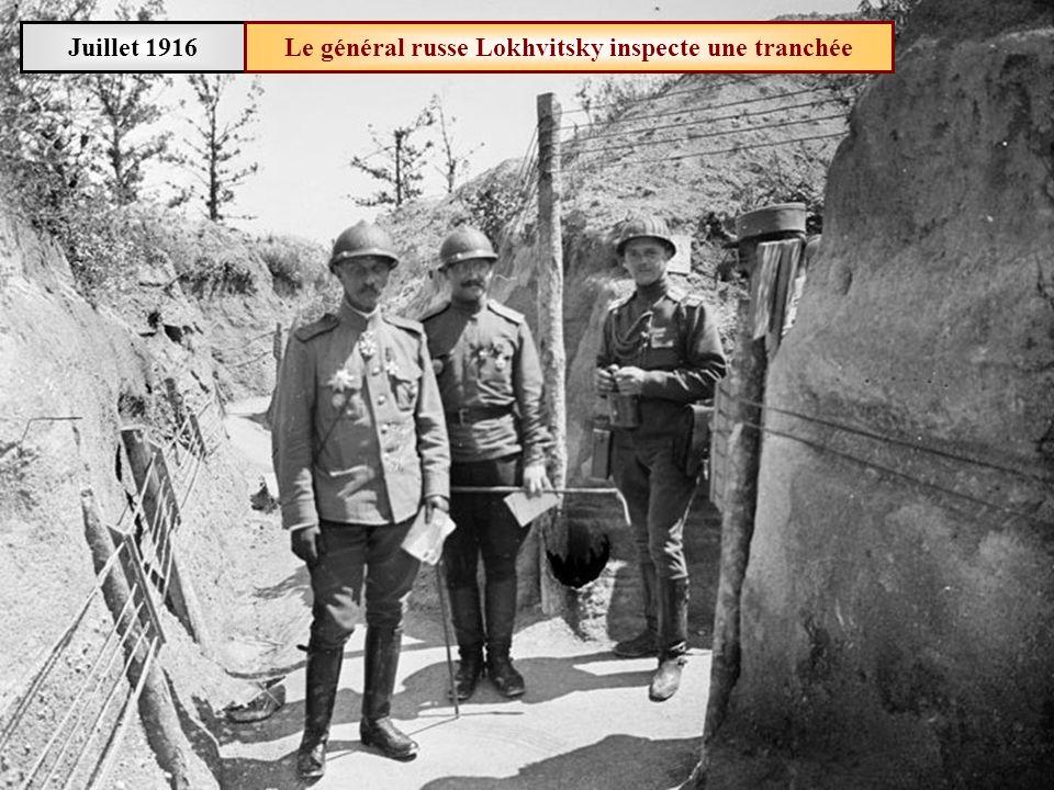Le général russe Lokhvitsky inspecte une tranchée