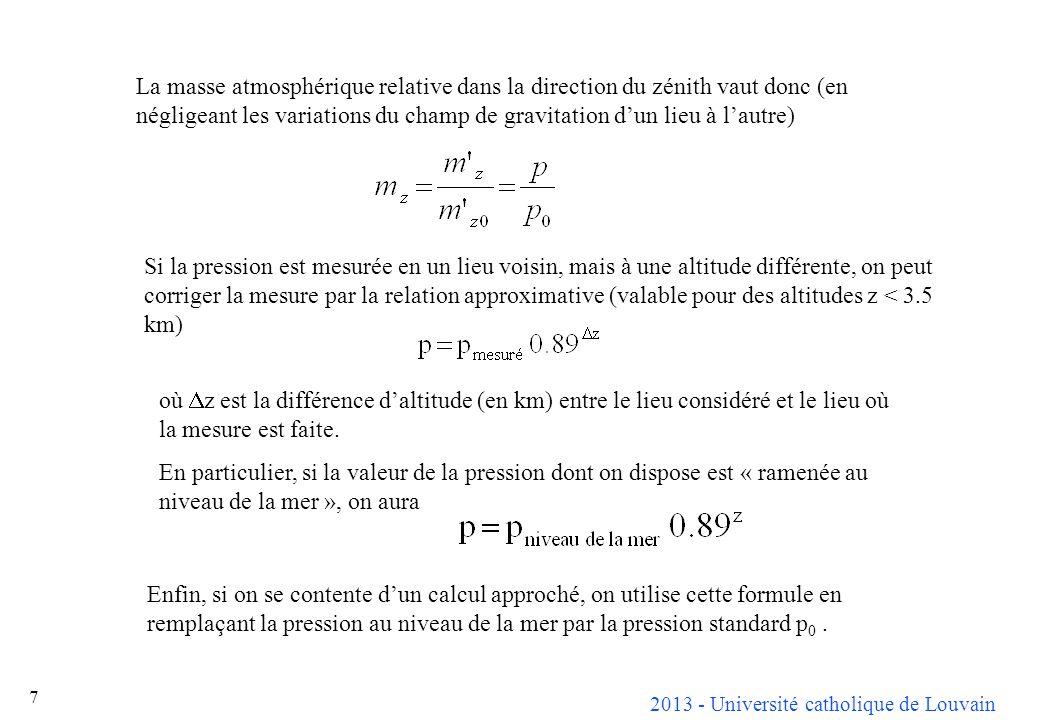 La masse atmosphérique relative dans la direction du zénith vaut donc (en négligeant les variations du champ de gravitation d'un lieu à l'autre)
