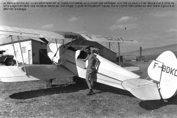 Le Stampe remorqueur, vu exceptionnellement au Djebel-Oum-Settas où la plupart des décollages sont faits au treuil – Il est équipé d'un crochet de remorquage tirant dans l'axe, étudié et réalisé par l'AIA d'Alger, crochet techniquement meilleur que le crochet métropolitain qui était latéral à gauche et déformait le fuselage