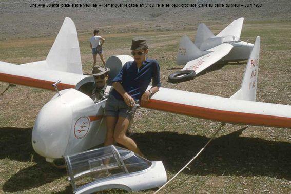 Une Aile Volante prête à être treuillée – Remarquer le câble en V qui relie les deux crochets d'aile au câble du treuil – Juin 1960