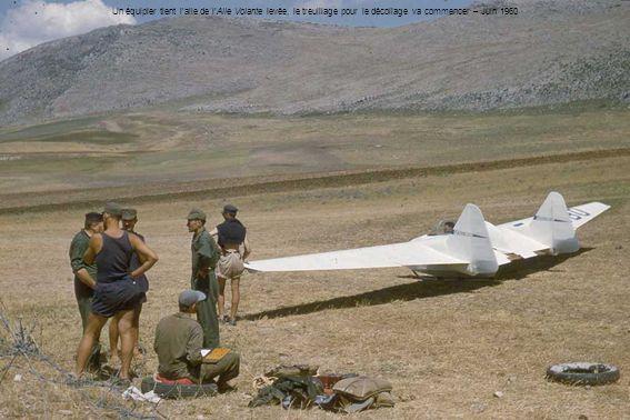 Un équipier tient l'aile de l'Aile Volante levée, le treuillage pour le décollage va commencer – Juin 1960