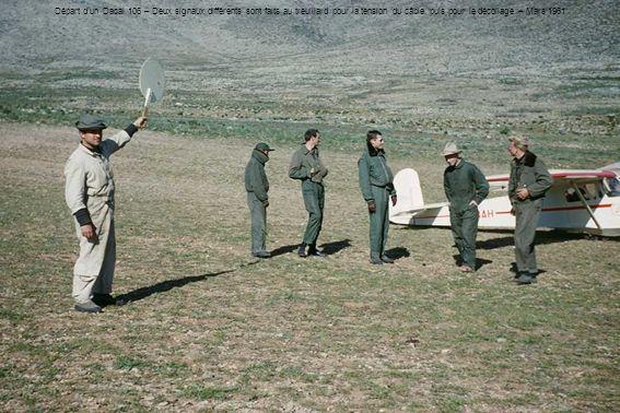 Départ d'un Dacal 106 – Deux signaux différents sont faits au treuillard pour la tension du câble, puis pour le décollage – Mars 1961