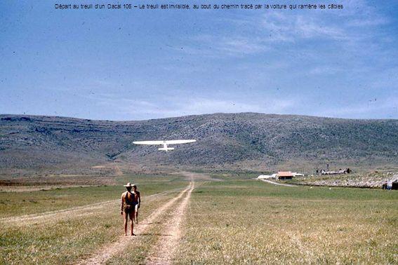 Départ au treuil d'un Dacal 106 – Le treuil est invisible, au bout du chemin tracé par la voiture qui ramène les câbles
