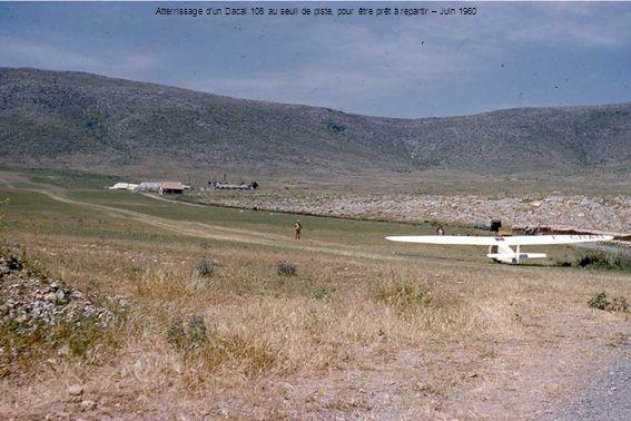 Atterrissage d'un Dacal 106 au seuil de piste, pour être prêt à repartir – Juin 1960