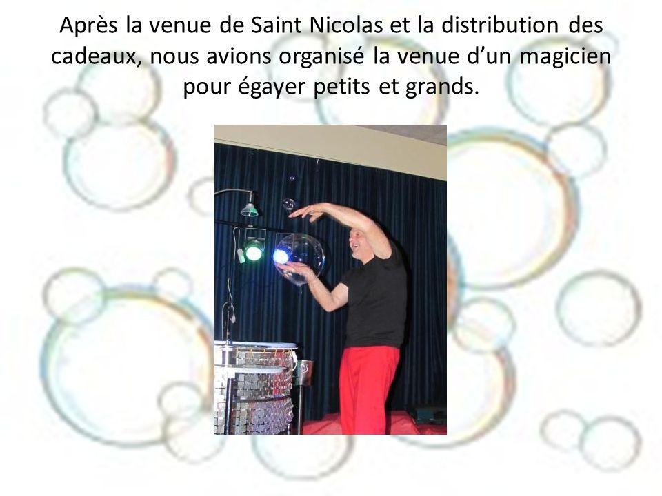Après la venue de Saint Nicolas et la distribution des cadeaux, nous avions organisé la venue d'un magicien pour égayer petits et grands.