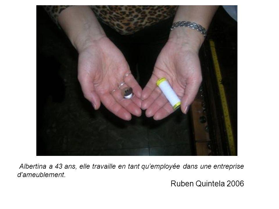 Albertina a 43 ans, elle travaille en tant qu'employée dans une entreprise d'ameublement.