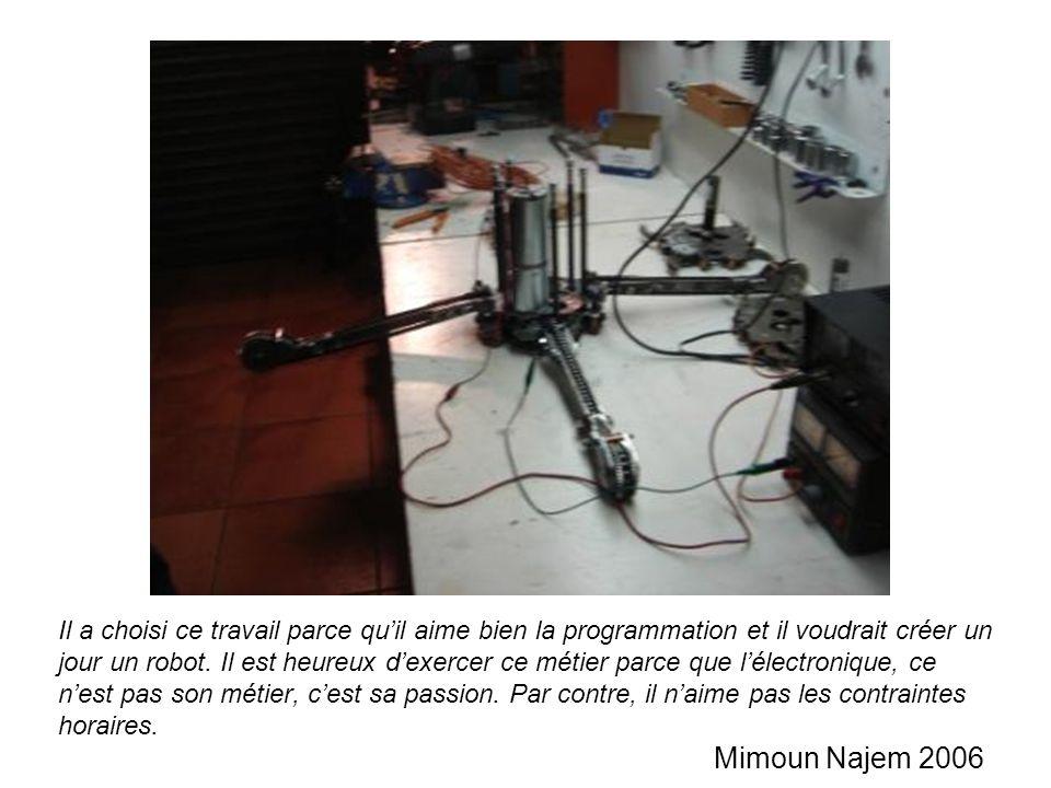 Il a choisi ce travail parce qu'il aime bien la programmation et il voudrait créer un jour un robot.