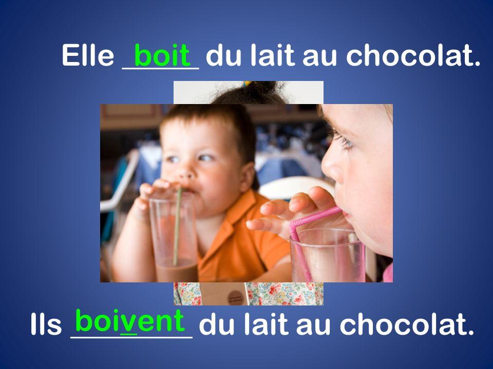Elle _____ du lait au chocolat. boit