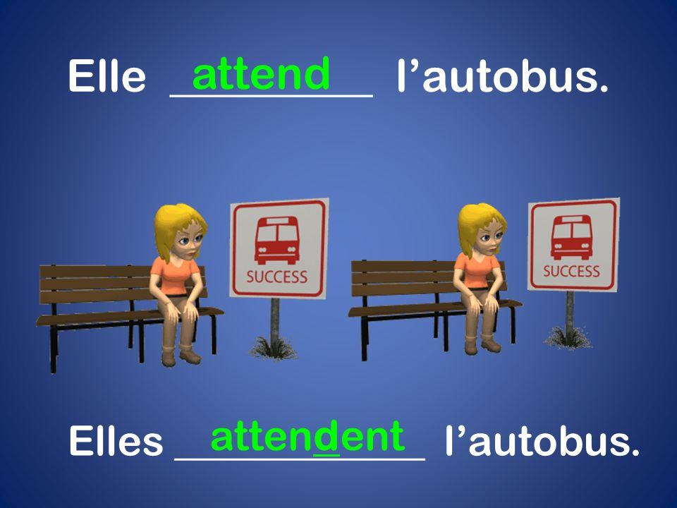 Elle _________ l'autobus. attend