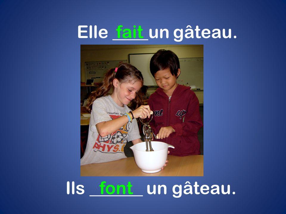 Elle ____un gâteau. fait Ils ______ un gâteau. font