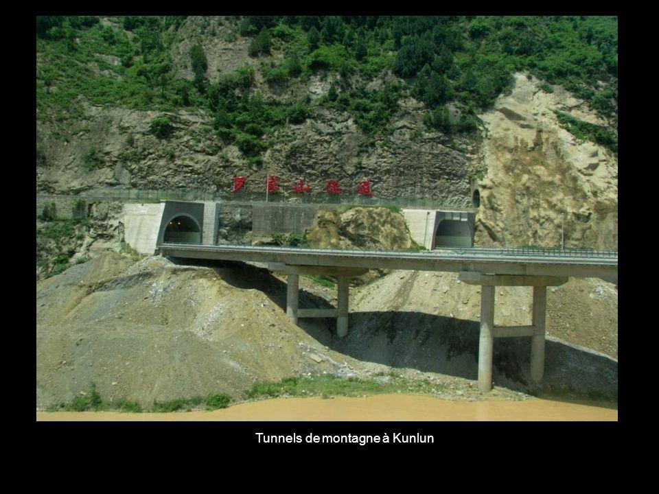 Tunnels de montagne à Kunlun