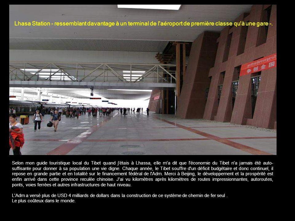Lhasa Station - ressemblant davantage à un terminal de l aéroport de première classe qu à une gare -.