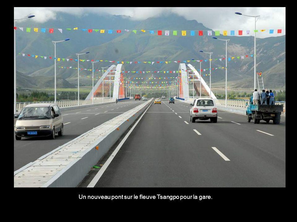 Un nouveau pont sur le fleuve Tsangpo pour la gare.