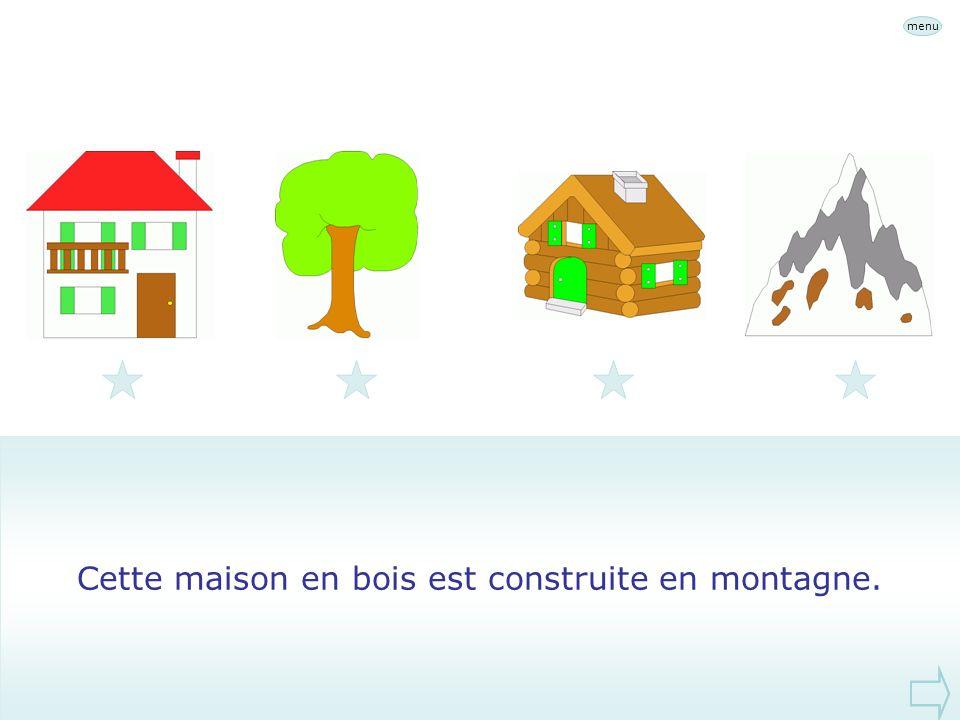 Cette maison en bois est construite en montagne.