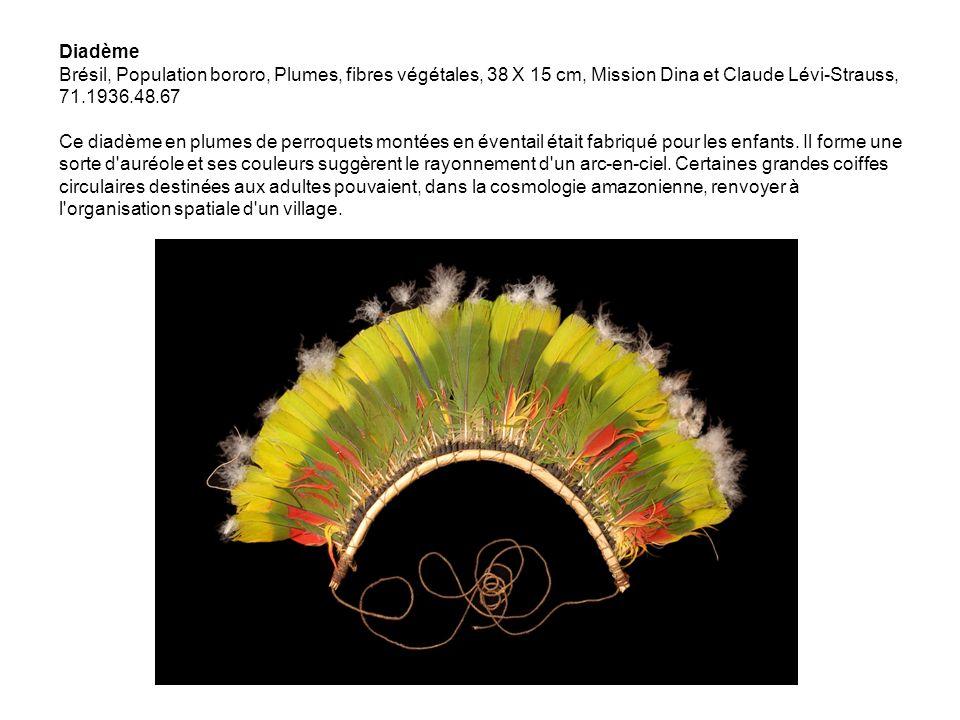 Diadème Brésil, Population bororo, Plumes, fibres végétales, 38 X 15 cm, Mission Dina et Claude Lévi-Strauss, 71.1936.48.67 Ce diadème en plumes de perroquets montées en éventail était fabriqué pour les enfants.