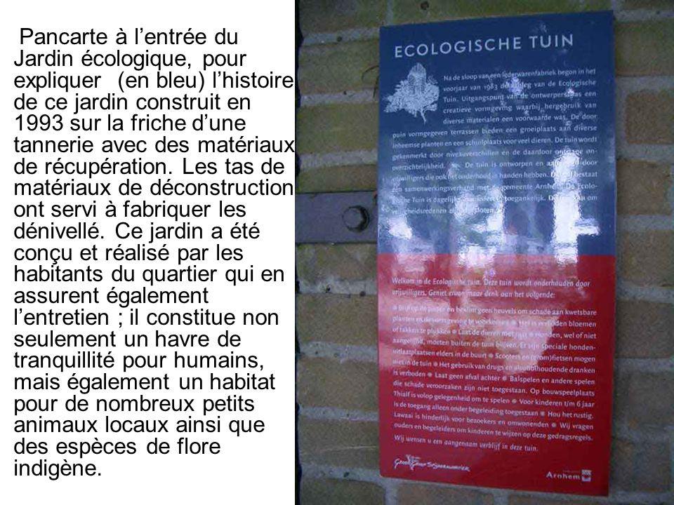 Pancarte à l'entrée du Jardin écologique, pour expliquer (en bleu) l'histoire de ce jardin construit en 1993 sur la friche d'une tannerie avec des matériaux de récupération.