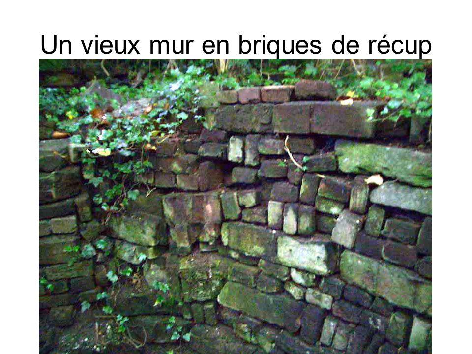 Un vieux mur en briques de récup