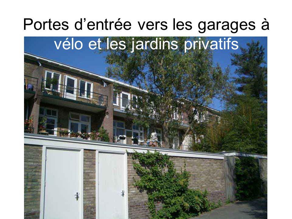 Portes d'entrée vers les garages à vélo et les jardins privatifs