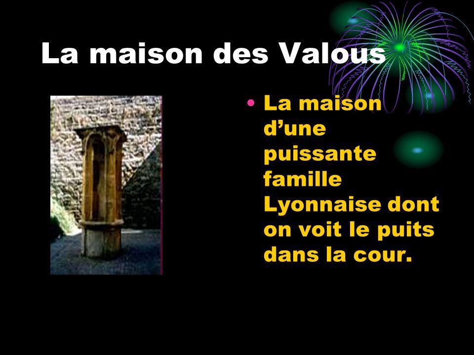 La maison des Valous La maison d'une puissante famille Lyonnaise dont on voit le puits dans la cour.