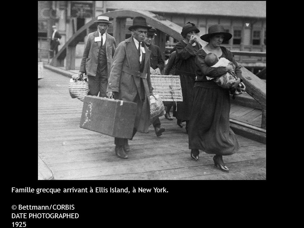Famille grecque arrivant à Ellis Island, à New York.
