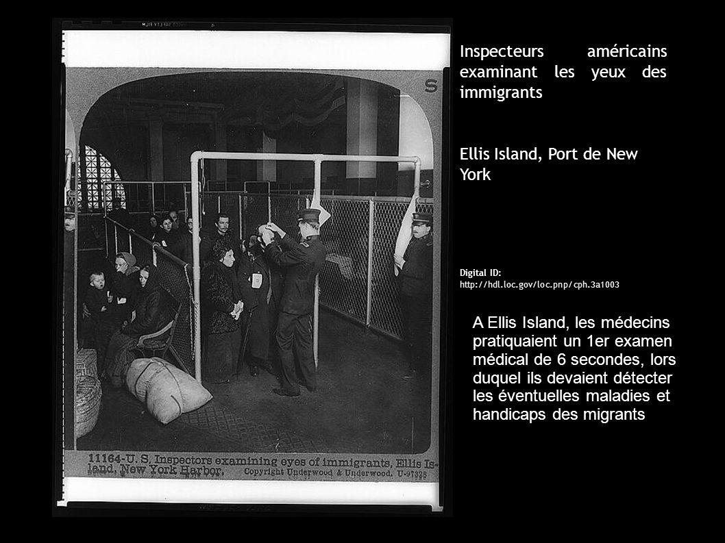 Inspecteurs américains examinant les yeux des immigrants