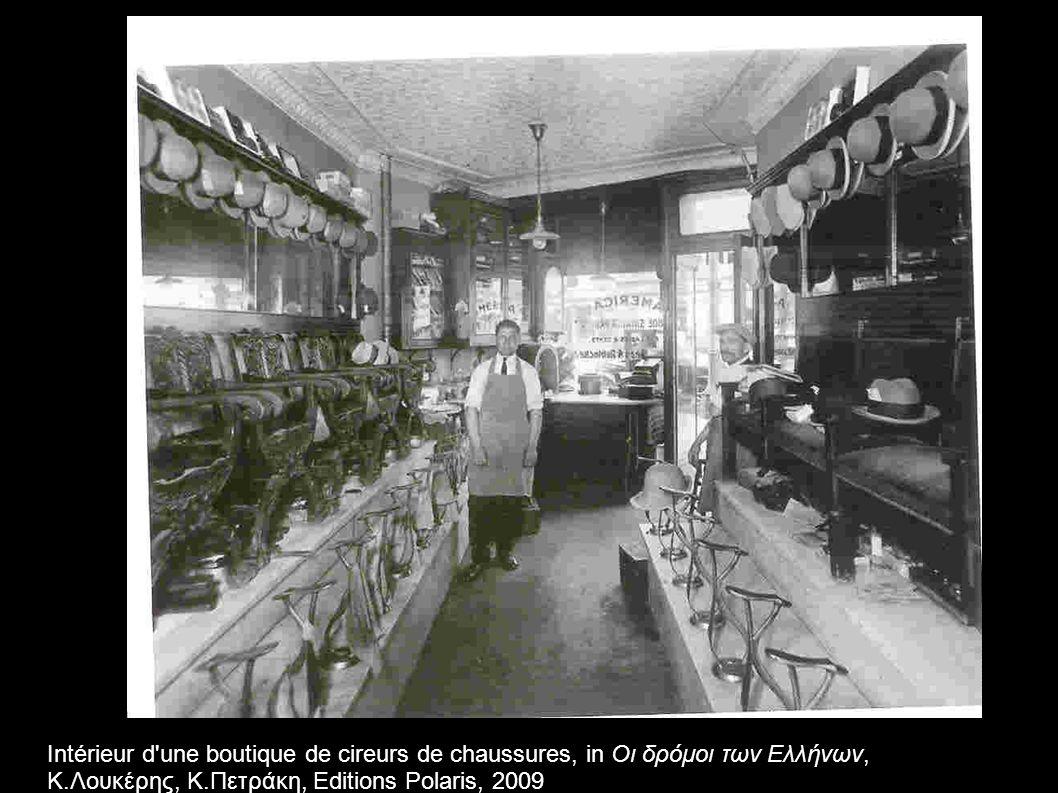 Intérieur d une boutique de cireurs de chaussures, in Οι δρόμοι των Ελλήνων, Κ.Λουκέρης, Κ.Πετράκη, Editions Polaris, 2009