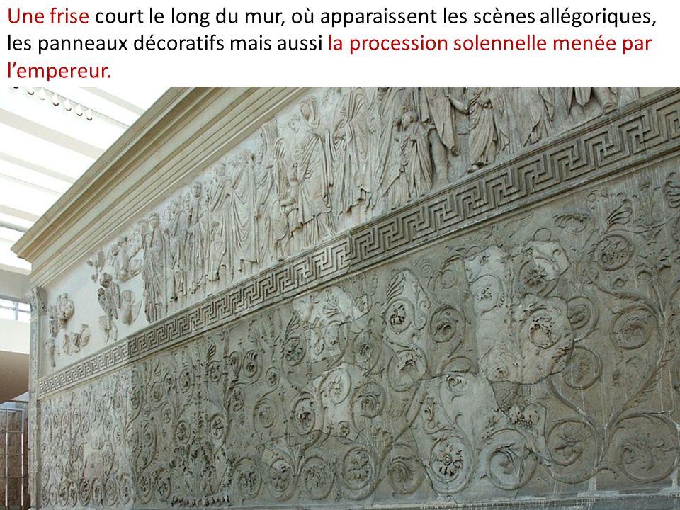 Une frise court le long du mur, où apparaissent les scènes allégoriques, les panneaux décoratifs mais aussi la procession solennelle menée par l'empereur.