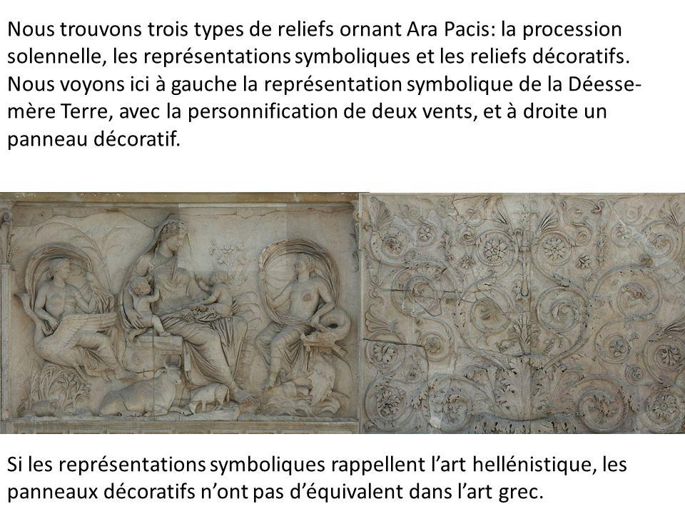 Nous trouvons trois types de reliefs ornant Ara Pacis: la procession solennelle, les représentations symboliques et les reliefs décoratifs. Nous voyons ici à gauche la représentation symbolique de la Déesse-mère Terre, avec la personnification de deux vents, et à droite un panneau décoratif.