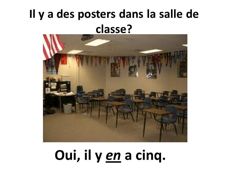 Il y a des posters dans la salle de classe