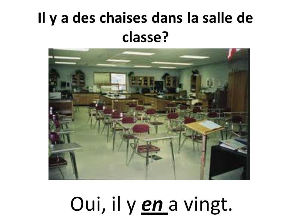 Il y a des chaises dans la salle de classe