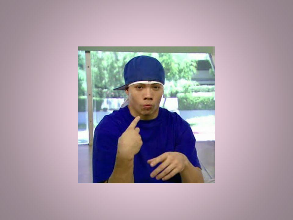 Je porte un tee-shirt bleu et une casquette bleue