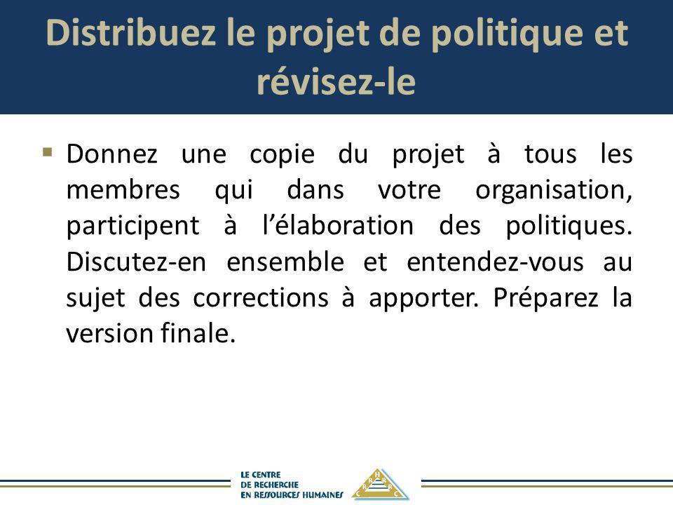 Distribuez le projet de politique et révisez-le