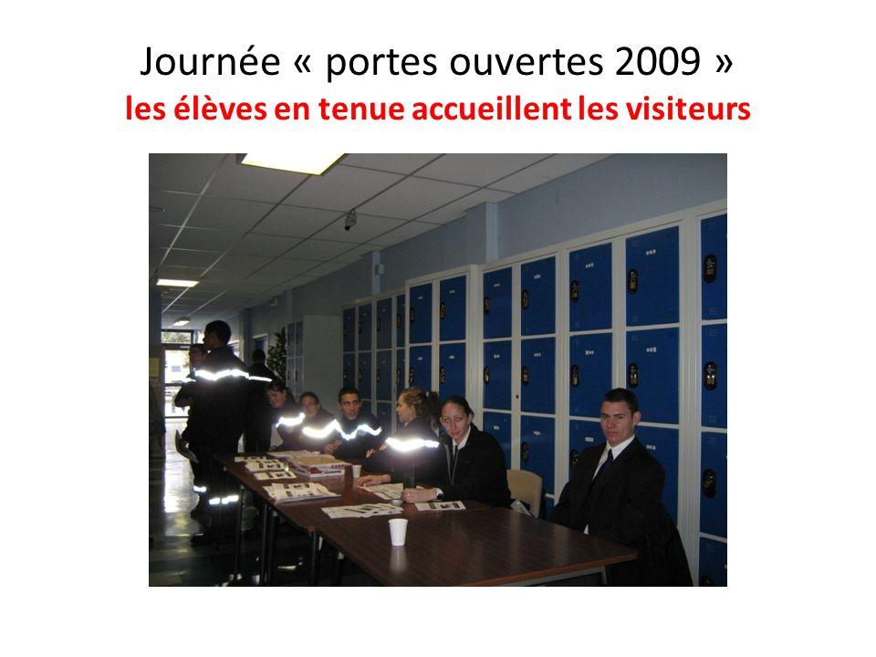 Journée « portes ouvertes 2009 » les élèves en tenue accueillent les visiteurs