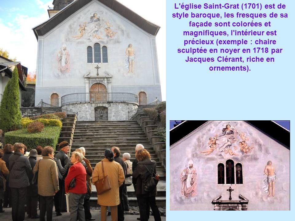 L église Saint-Grat (1701) est de style baroque, les fresques de sa façade sont colorées et magnifiques, l intérieur est précieux (exemple : chaire sculptée en noyer en 1718 par Jacques Clérant, riche en ornements).