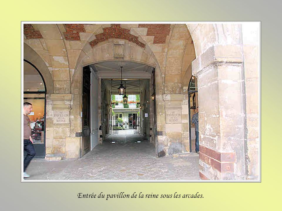 Entrée du pavillon de la reine sous les arcades.